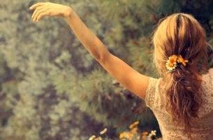 mujer con los brazos extendidos pensando en las cosas que nos hacen sentirnos vivos