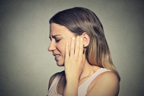 Mujer con molestia en el oído