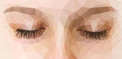 Mujer con los ojos cerrados practicando la técnica de sandwich mindfulness