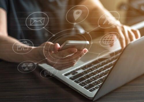 Mujer con ordenador y móvil