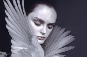 mujer con pájaro que sufre agotamiento emocional