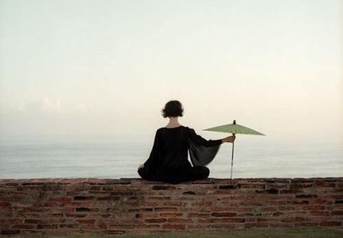 mujer con sombrilla sintiendo el silencio interior