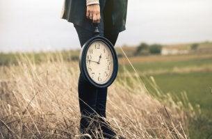 Mujer con un reloj en su mano