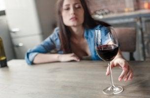 Mujer con una copa de vino para representar la alcohorexia