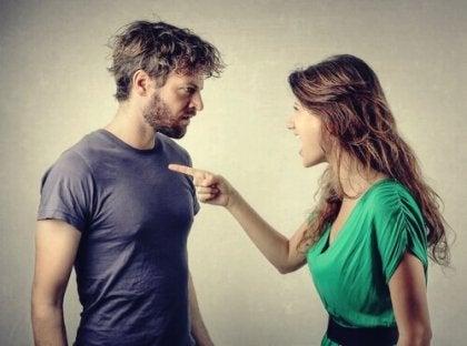 Mujer culpando a su pareja