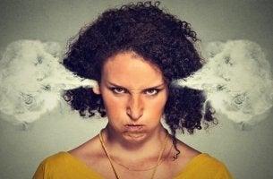 mujer enfadada y cansada de sentirse ofendido por todo