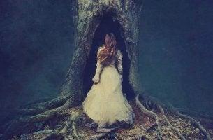 mujer entrando en un árbol experimentando sufrimiento emocional no resuelto