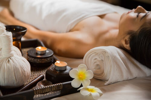 Mujer esperando a darse un masaje