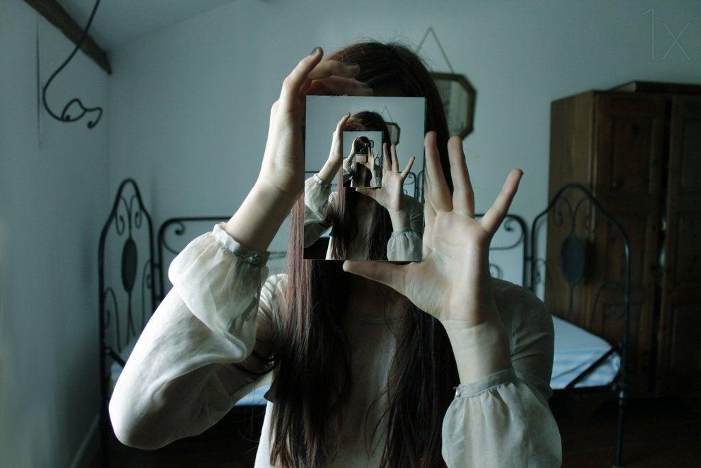 mujer encuandrando imagen simbolizando la introspección liberadora