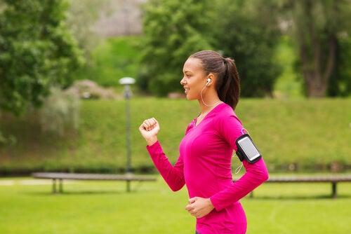 Mujer haciendo power walking