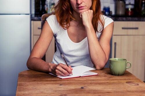 Mujer haciendo una lista