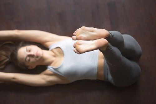 Cuatro asanas de yoga para dormir bien