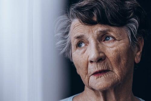 Mujer mayor con demencia mirando hacia arriba