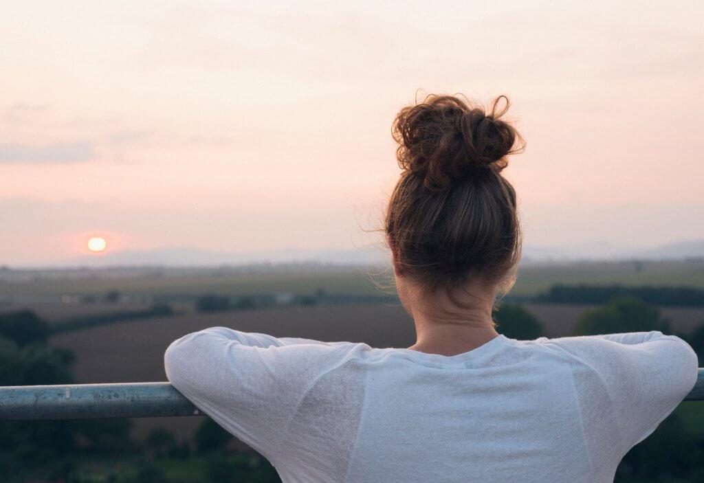 Mujer mirando al amanecer