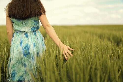 Mujer paseando por un campo