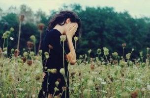 Mujer triste pensando en cómo vencer la pereza y la apatia