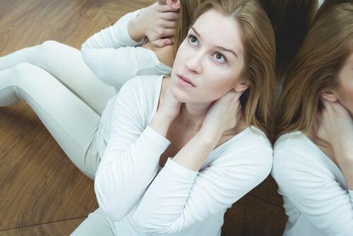 Mujer sentada en el suelo mirando hacia arriba