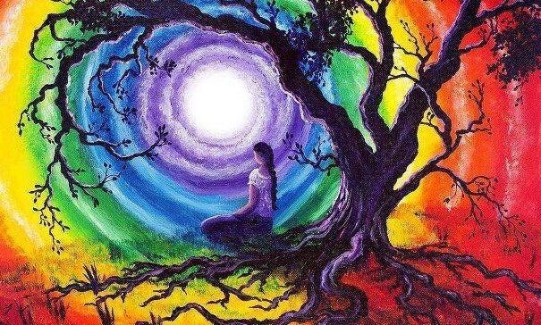 mujer sobre un árbol simbolizando los códigos para vivir