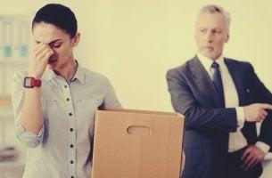 mujer sufriendo un despido laboral