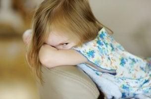 Niña con psicopatía infantil enfadada