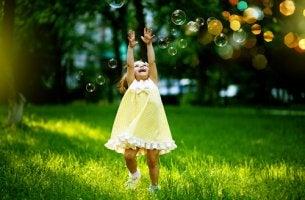 Niña jugando con burbujas