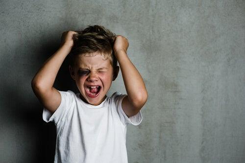 Niño gritándose con diagnóstico de psicopatía infantil