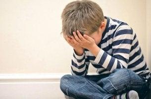 niño que sufre un trauma infantil que predispone a la psicosis