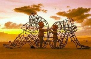 Niños dentro de figuras simbolizando al niño que sigue sufriendo