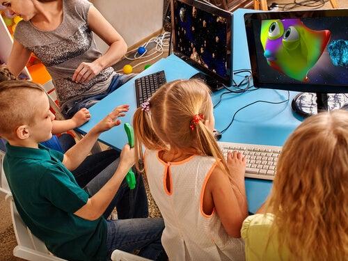 Niños en clase jugando al ordenador