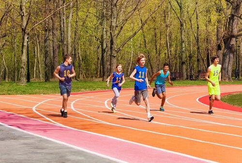 Niños haciendo atletismo