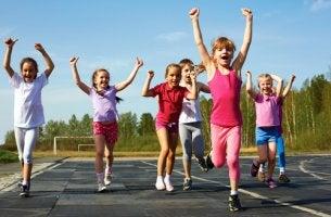 Niños haciendo deporte
