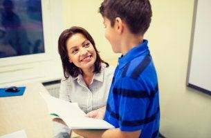 Orientadora con alumno