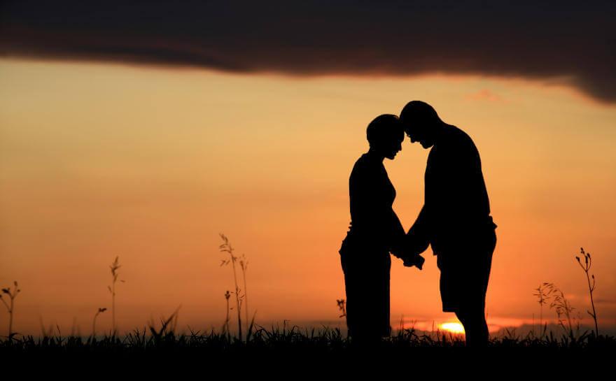 Pareja cogida de la mano al amanecer simbolizando frases que te ayudarán a perdonar