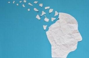 Perfil de cabeza rompiéndose para representar el daño cerebral adquirido