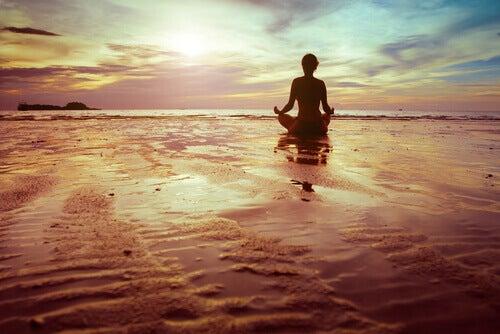 Persona haciendo meditación simbolizando que la felicidad está en tu hemisferio izquierdo