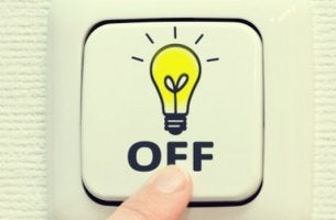 persona oprimiendo botón para desconectar del trabajo