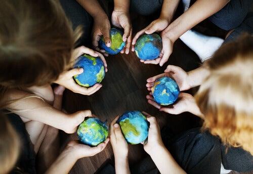 Personas con bolas del mundo en las manos
