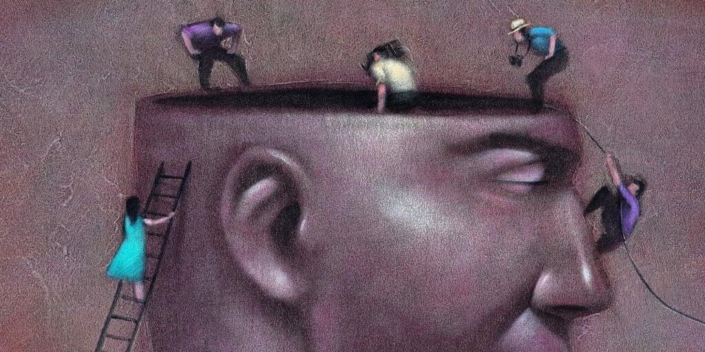 Personas entrando en una cabeza