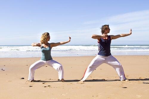Personas haciendo chi kung en la playa