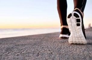 Pie de una persona que practica power walking