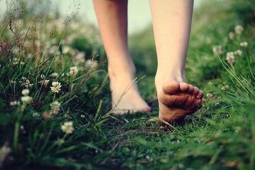 Pies descalzos simbolizando cómo simplificar la vida