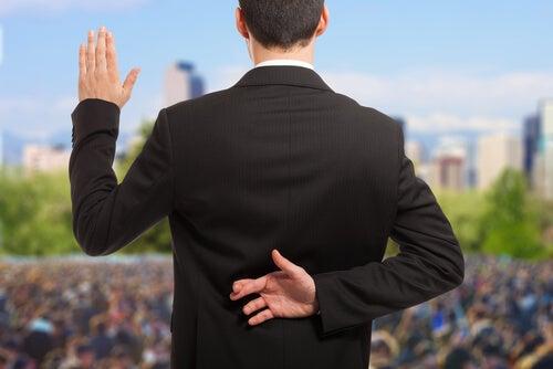 Político cruzando los dedos representando la posverdad
