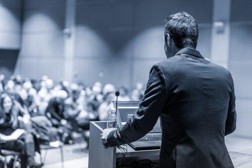 Político dando un discurso