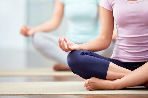 Postura de loto para representar el hatha yoga