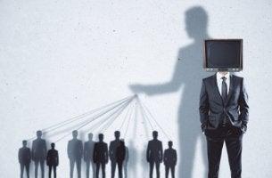 Sombra de un hombre manipulando personas para representar la inteligencia maquiavélica