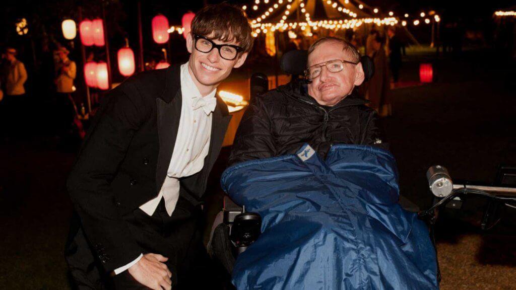Stephen Hawking con el actor que lo interpreta en la teoria del todo