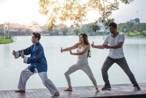 Tres personas haciendo chi kung