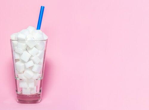 Vaso con terrones de azúcar