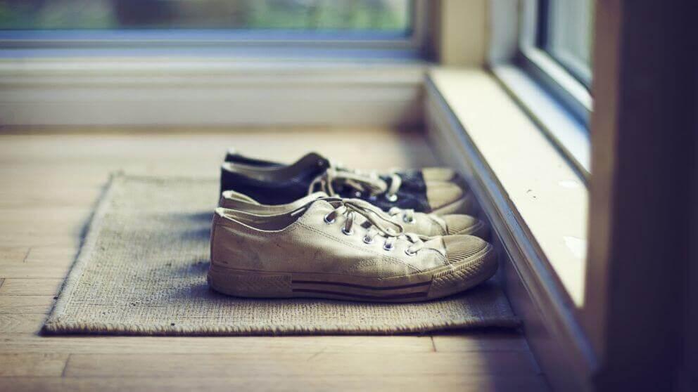 zapatos a la puerta de casa simbolizando cómo simplificar la vida