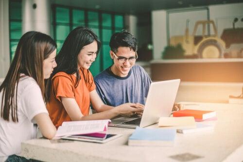 Adolescentes estudiando juntos para afrontar un examen